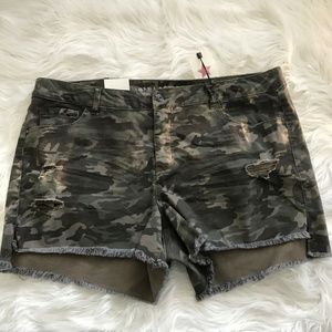 Vanilla Star Camouflage Distressed Shorts Size 24W